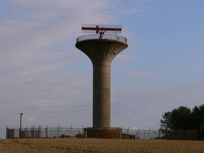 En omfattande flygradaranläggning bestående av en kraftig primärradar och två sekundärradar